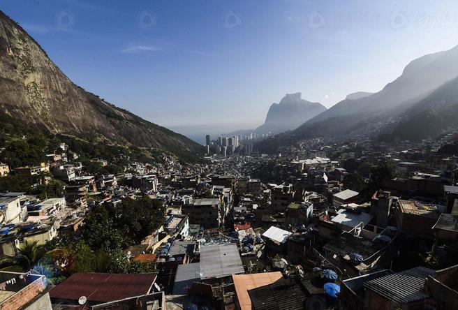 从依山而建的Rocinha贫民窟顶端隐约可见里约城区耸立的高楼