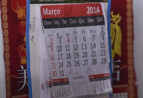 日历上写的汉字与被盖住的红灯笼依然透露出浓浓的中国味道