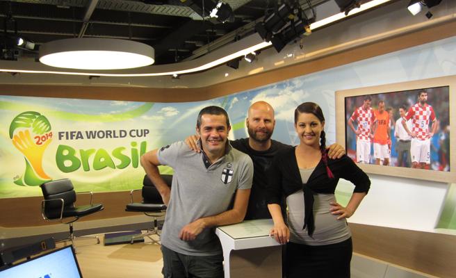 FIFATV新闻播报员乔凡尼(左)与同事芭芭拉(右)在演播间