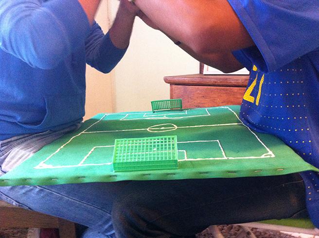 """为更加直观地""""解说""""比赛,荷里奥为卡洛斯自制了一个迷你球场"""