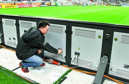 中国员工在检查场边LED屏幕