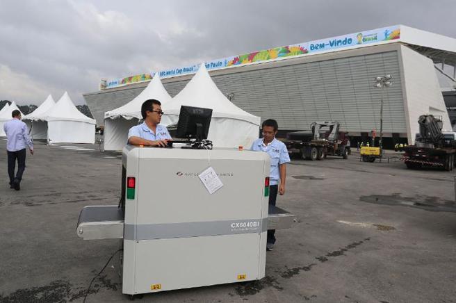 同方威视工作人员前往巴西协助安装安检仪器