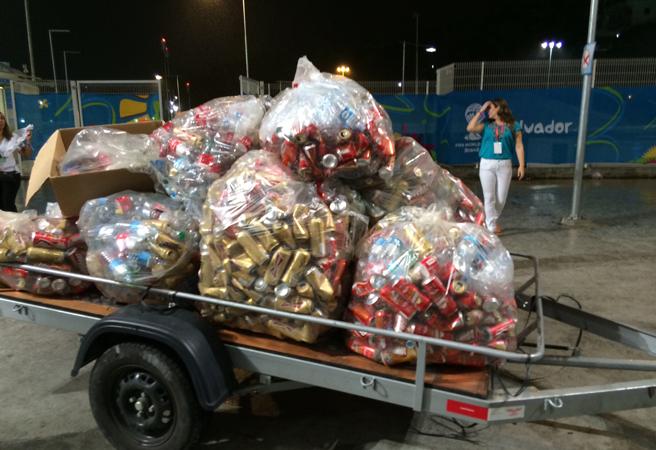 解除禁酒令后,巴西球迷们喝的不亦乐乎,赛后垃圾大部分是啤酒罐
