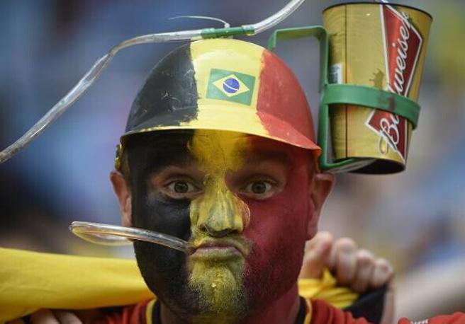 赛场禁止自带酒水也禁止用易拉罐的酒瓶,聪明的球迷将杯子带在头上