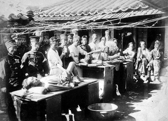 甲午战争期间,日军医治受伤清军战俘的宣传照。事实上,日军自身的医疗后备很不到位
