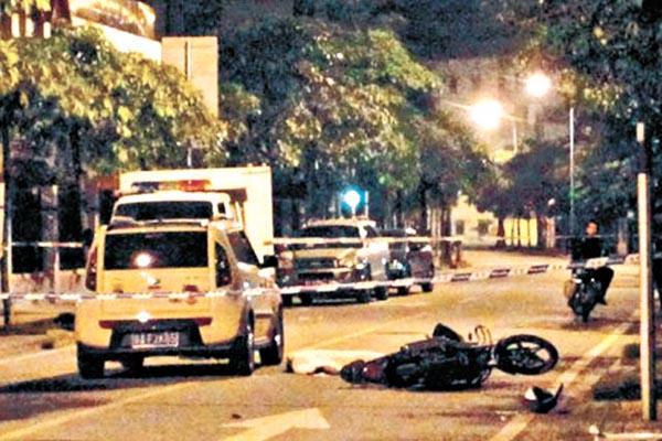 教师驾车撞击三疑犯是否是正当防卫也引发过广泛关注