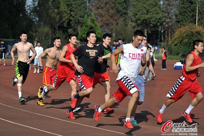 男篮集训队员们在海埂基地进行长跑,训练体能