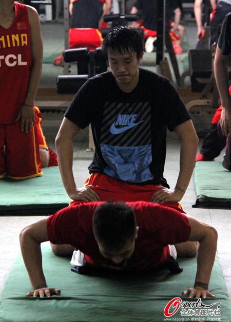 球员高强度封闭训练,大汗淋漓