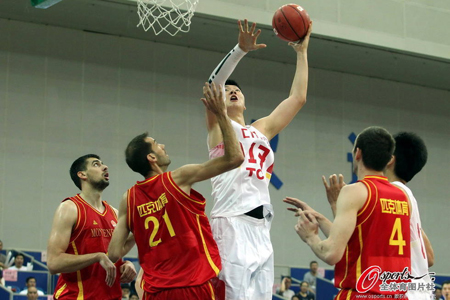 王哲林在中欧男篮锦标赛与黑山一战中以一敌三
