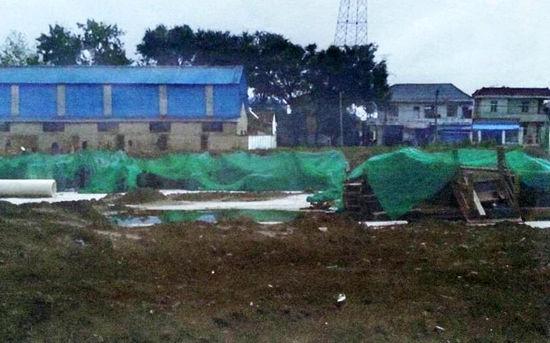 通过盖土播种、刷漆、覆网,原本的建筑工地被伪装成了耕地