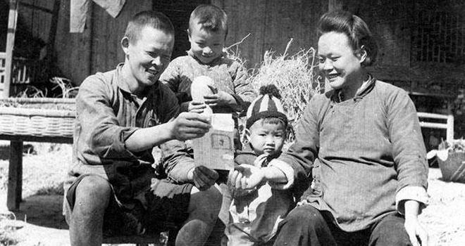 1950年,浙江省嘉兴镇东乡土改完成后,农民高彩官和家人一起看领到的土地证