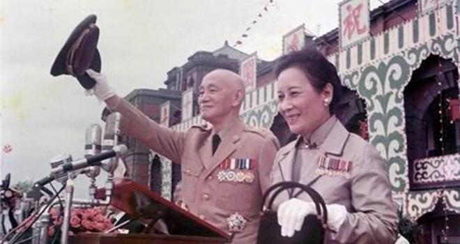 蒋介石夫妇在台北检阅军队