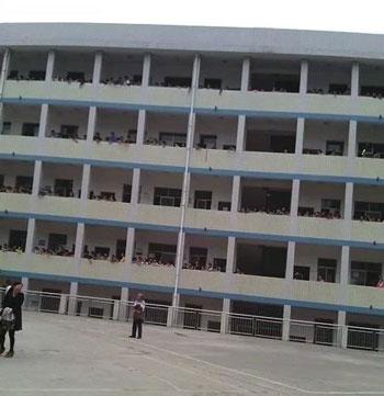 受害女孩所在的冷江市第四中学