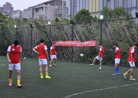 由于租11人制草场太贵,苏州锦富经常在五人制场地训练