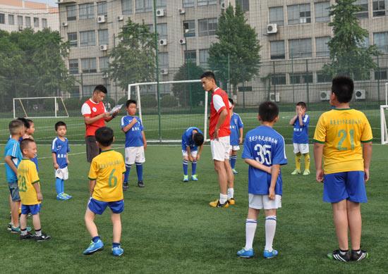 开酒吧之余,队员李毅还做青少年足球培训