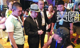一群工作人员围着记者要求给嘉宾让位。
