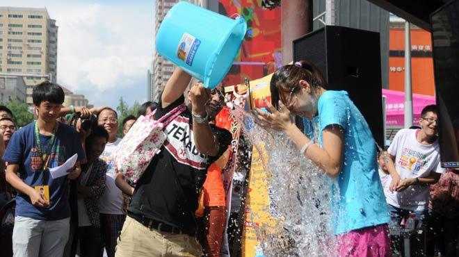 冰桶挑战已经从名人蔓延到普通民众