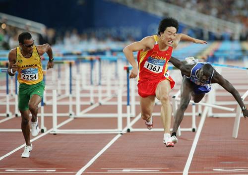 雅典奥运决赛刘翔最后冲刺镜头