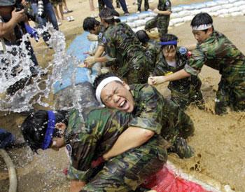韩国学生军训,项目比中国丰富有趣