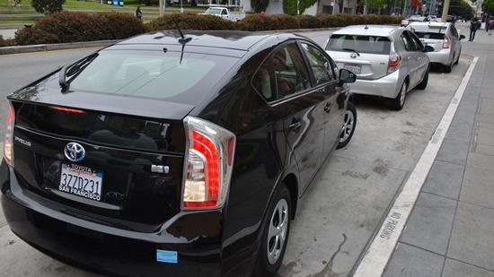 这就是UberX的一辆车,车型是丰田普锐斯混合动力,车主是印度人