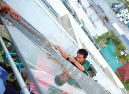 被割断绳子而悬在空中的工人