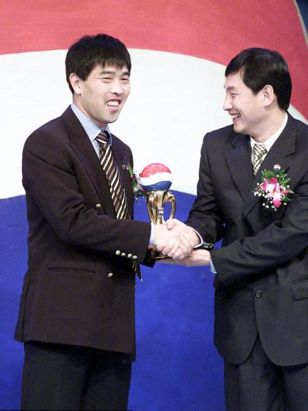 2002年,南勇给陆俊颁发最佳裁判奖杯