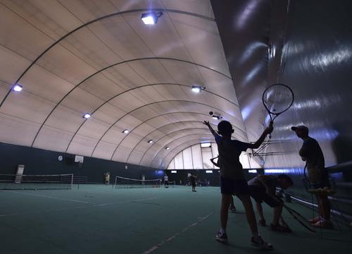 前来参加夏令营的网球少年