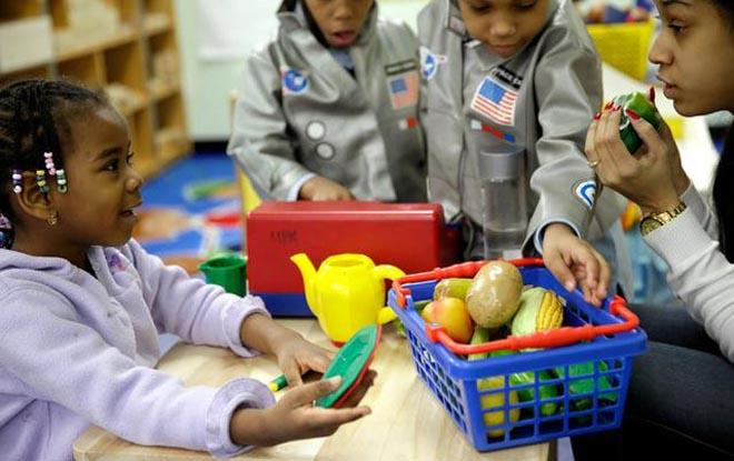 美国幼儿园小朋友通过食物模型学习健康的饮食习惯