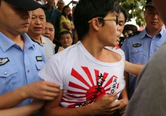 穿旭日旗男子最后被民警控制