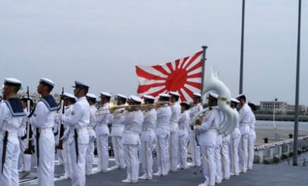 """2008年6月,日本海上自卫队""""涟""""号驱逐舰访问湛江时也挂了旭日旗"""