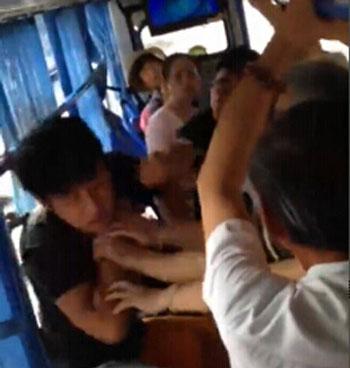 """武汉公交冲突,但并不是""""让座纠纷""""(点击图片看视频)"""
