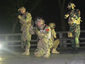 10月13吴江金城大厦地铁口夜战之人在塔