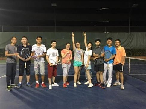 大家一起来打网球。