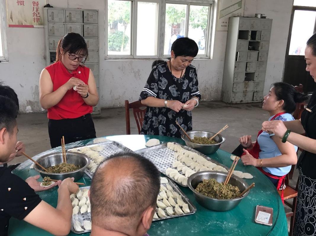 蓝贝雷志愿者走进顺心老年公寓给老人包饺子