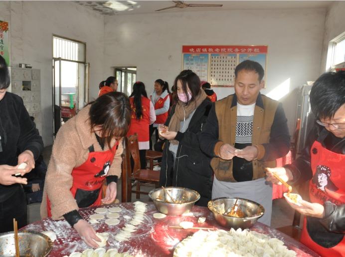 蓝贝雷志愿者走进晓店敬老院为老人包饺子等