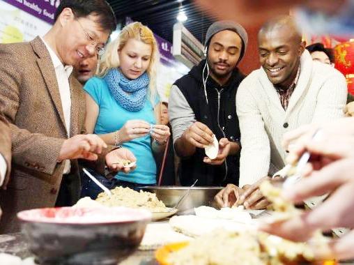 外国人过春节有多拼!包饺子可不输中国人~