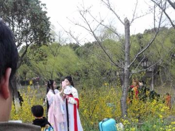 黄冈老乡在上海徐家汇公园交友聚会