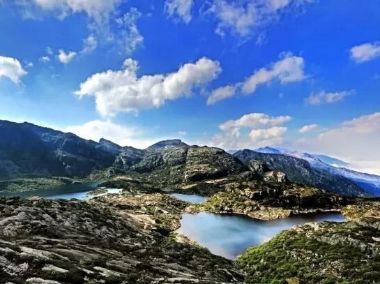俄尔则俄高山湖泊挖水晶赏杜鹃 绝美冶勒湖