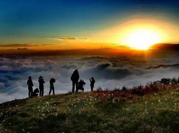 轿顶山:云海星空日出,我们一起住在风景里