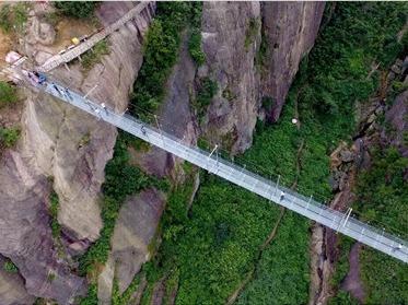 """清远""""挑战岭南第一溪,踏上高空玻璃桥"""""""