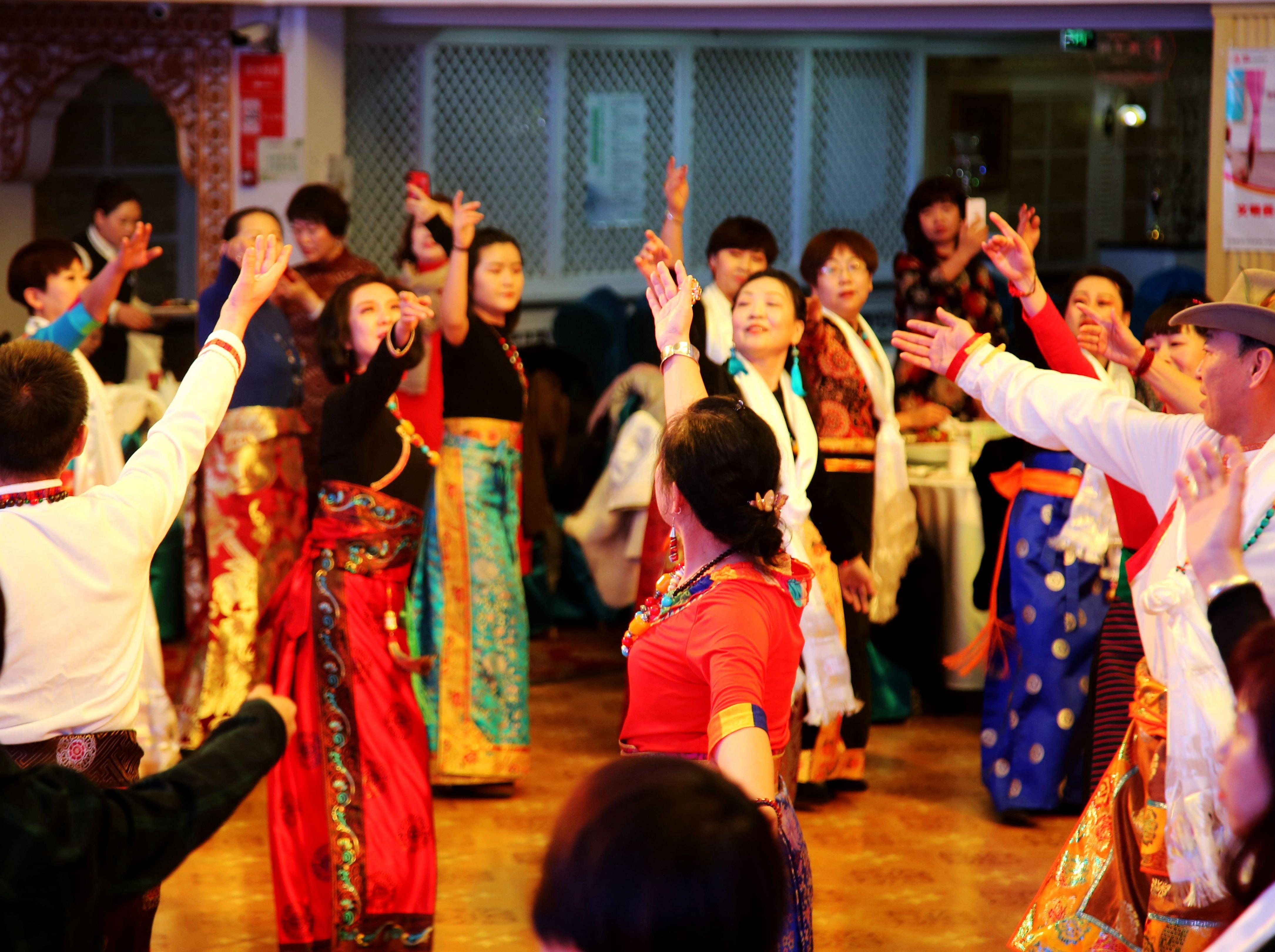 乌鲁木齐锅庄舞群周年庆舞会