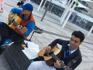 吉他户外草坪弹唱
