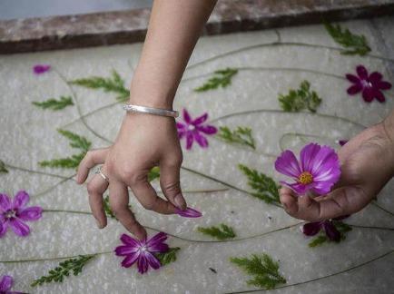 周六玩穿越丨古法造花草纸