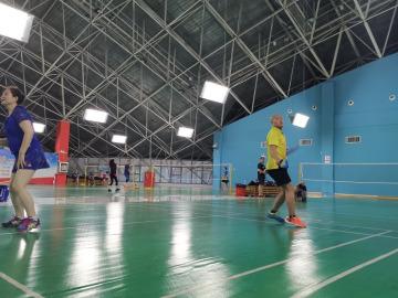 打羽毛球运动