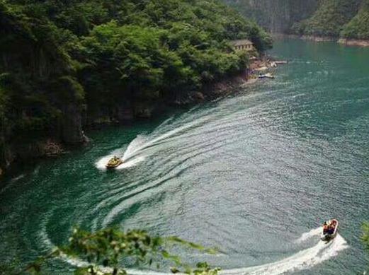 周日凤凰欢乐谷,坐快艇体验北方小三峡