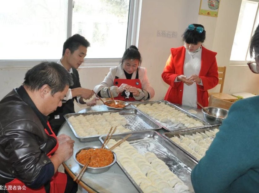 蓝贝雷志愿者走进湖滨敬老院给老人包饺子