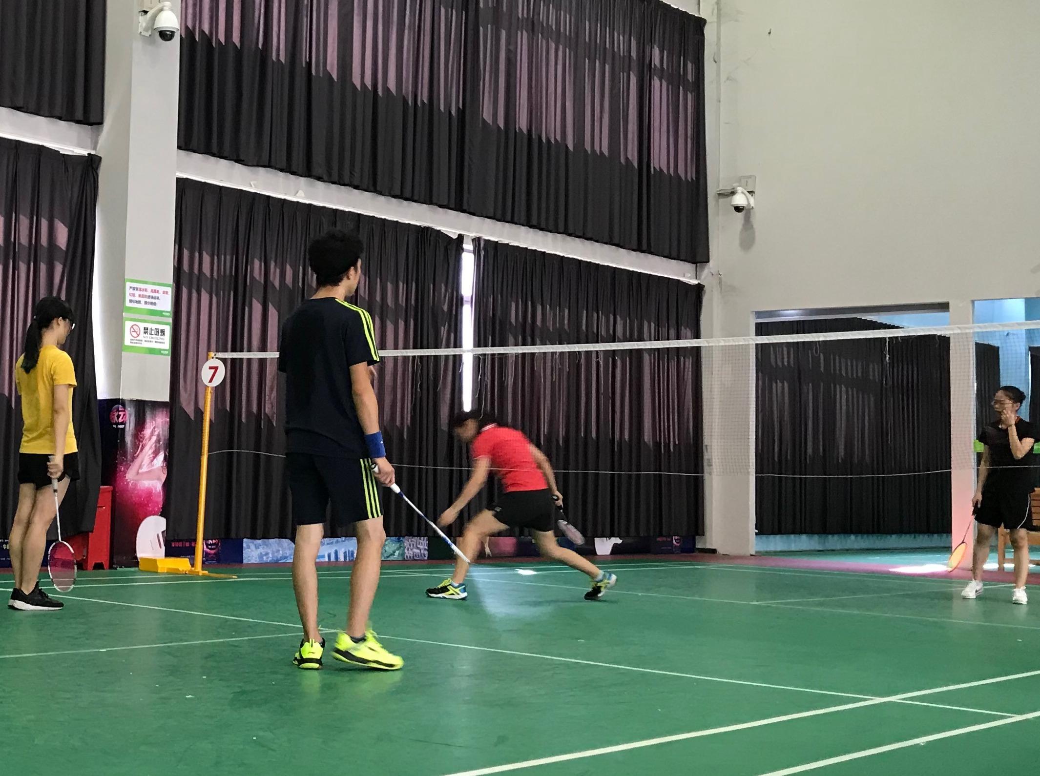 西乡海虹球馆打羽毛球