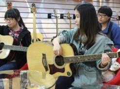 周末我们一起来学习吉他吧!