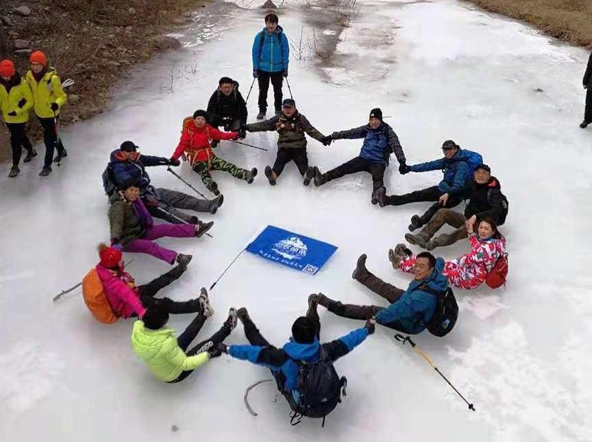 踏冰穿越野狼谷 赏冰瀑 冰上涮火锅