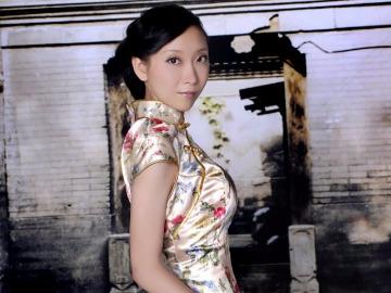 时尚辣妈旗袍派对秀出完美身材